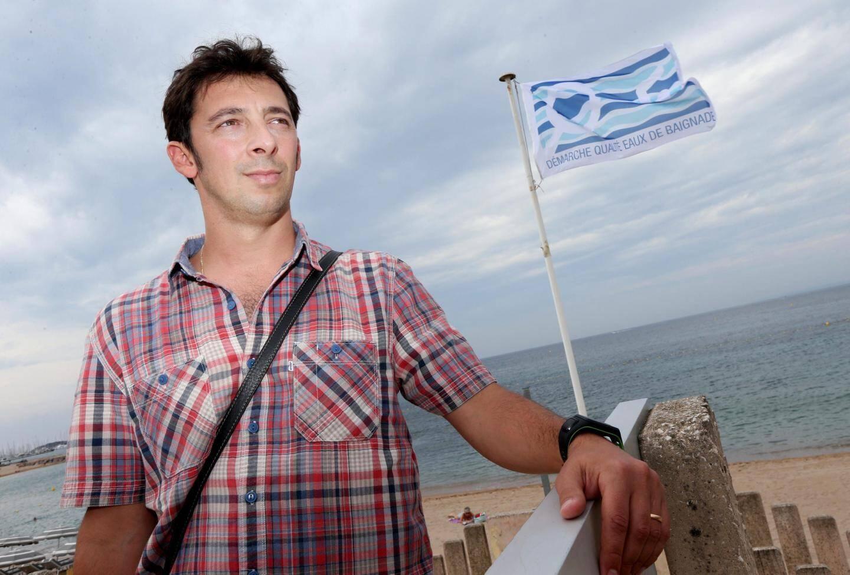 Matthieu Giuli, responsable « mer et littoral » au service environnement de la ville de Saint-Raphaël, ici au Veillat devant le pavillon « Démarche qualité des eaux de baignade » obtenu depuis six ans et en instance de renouvellement.