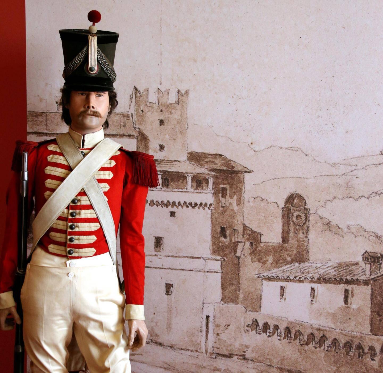 Uniforme d'époque, en rouge et blanc.