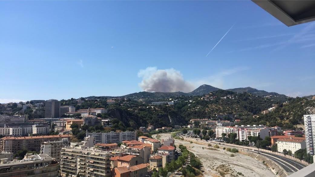 L'incendie de Castagniers vu de Nice-Est.