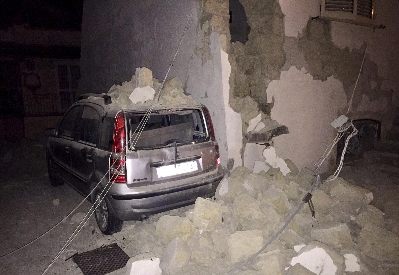 Une voiture sous les décombres