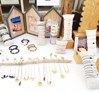 Colliers et bracelets signés Fionna Coret, en exposition sur divers marchés nocturnes.