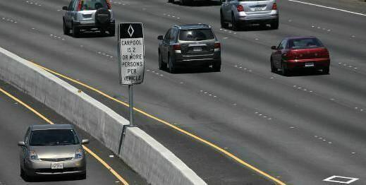 La voie balisée à gauche par un losange est réservée aux voitures qui ont deux personnes ou plus à bord.