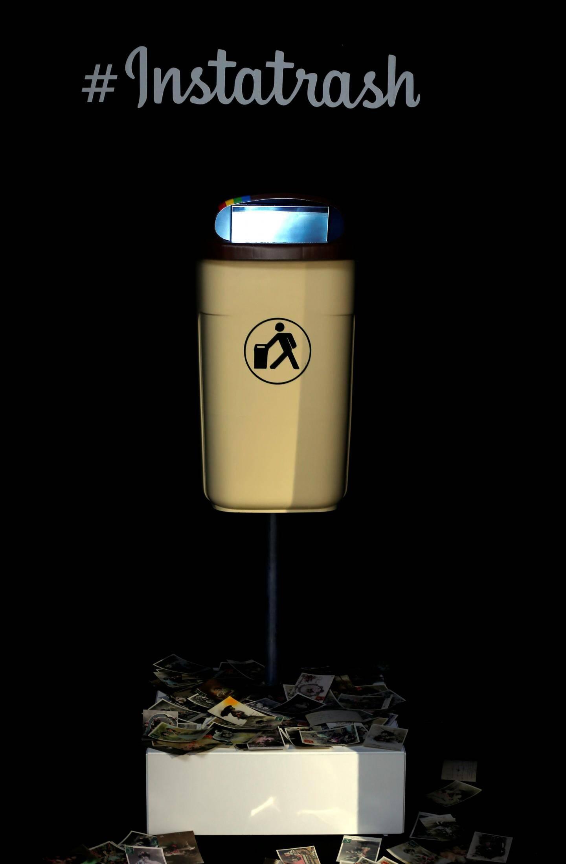 «Instatrash». Une poubelle de rue émettant un flash incessant et des clichés éphémères. Au sol, des cartes postales d'un autre temps mais déjà avec des filtres de retouche. Rien ne se crée, tout se transforme…