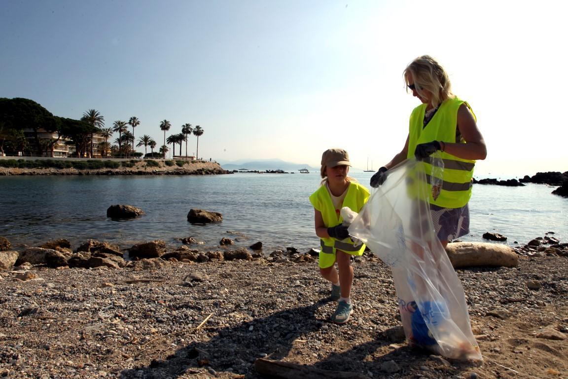 Nettoyage de la plage du Ponteil et ses abords par des bénévoles.