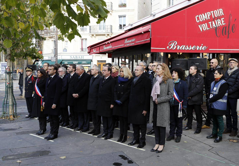 Emmanuel Macron devant le comptoir Voltaire à Paris ce lundi matin.