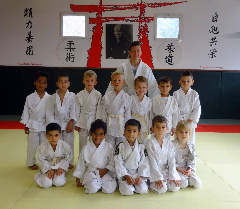 Tous les petits judoka sont bien fiers de prendre la pause aux côtés de leurs camarades et de leurs professeurs.