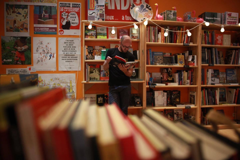 Après avoir appris le métier de libraire, Jean Pichinoty a appris celui d'épicier...