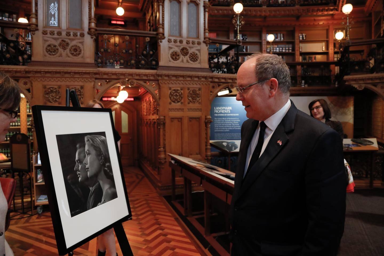 Dans la bibliothèque du Parlement, le souverain a découvert un portrait de ses parents.