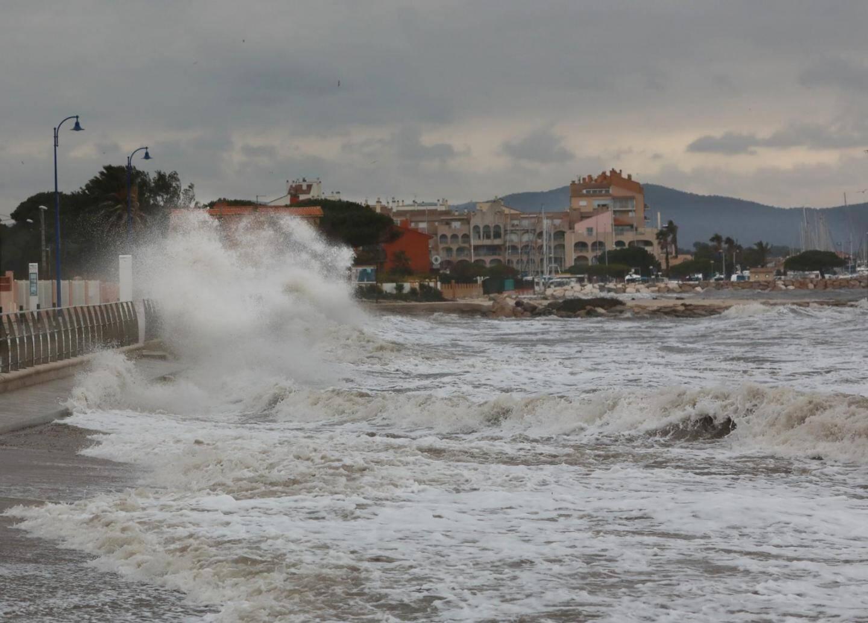A Hyères, les plages de Bona (ici en configuration de tempête décennale), du Ceinturon et les cabanes du Gapeau, sont les plus impactées par l'érosion due aux tempêtes d'hiver et au courant marin.