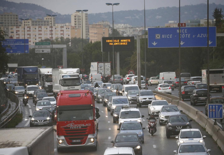 Embouteillage sur l'autoroute de contournement de Nice. Entre Saint-Laurent du Var et Nice-Promenade: il passe en moyenne 152.000 véhicules par jour.