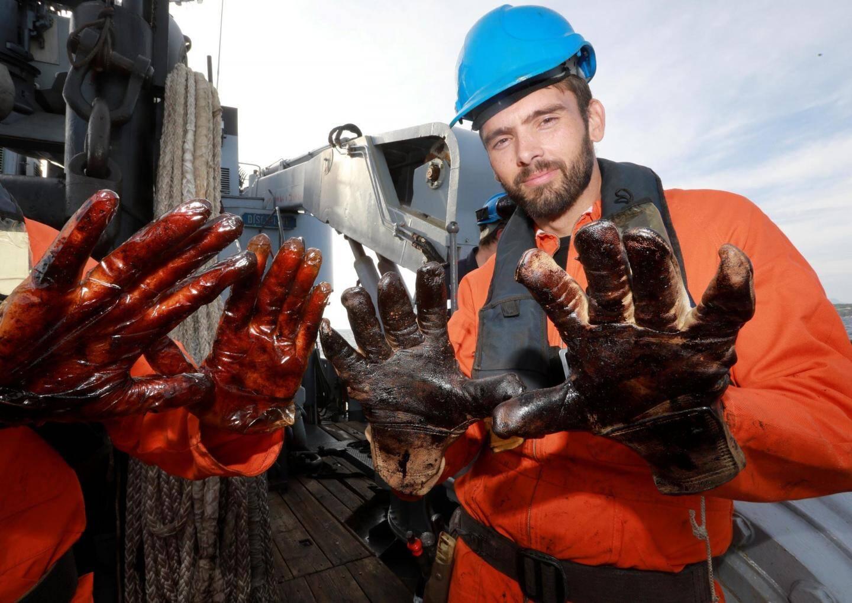 Les produits très visqueux imposent le port de protections et promettent des heures de nettoyage à bord.