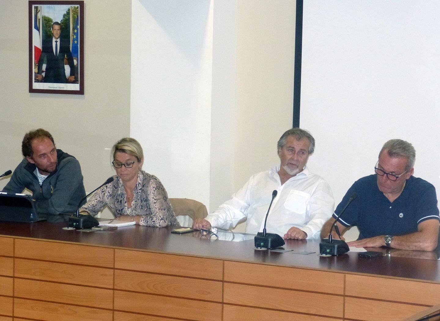 Les réponses formulées par les quatre élus aux questions posées par les riverains ont trouvé un écho favorable. De gauche à droite : Christophe Robert, Céline Garnier, Philippe Léonelli et Olivier Corna.