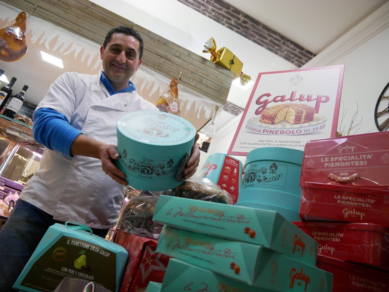 Mario Arnone, patron de la boutique DOC d'Italia, avec des panettone, tradition de Noël en Italie.