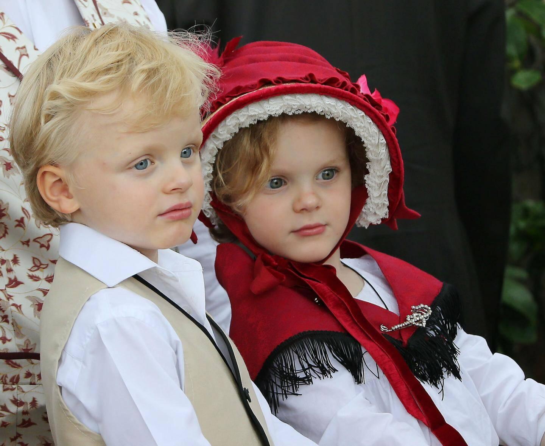 Le marquis des Baux et la comtesse de Carladès… pour la journée des anciens fiefs des Grimaldi, les jeunes princes honorent leurs titres.