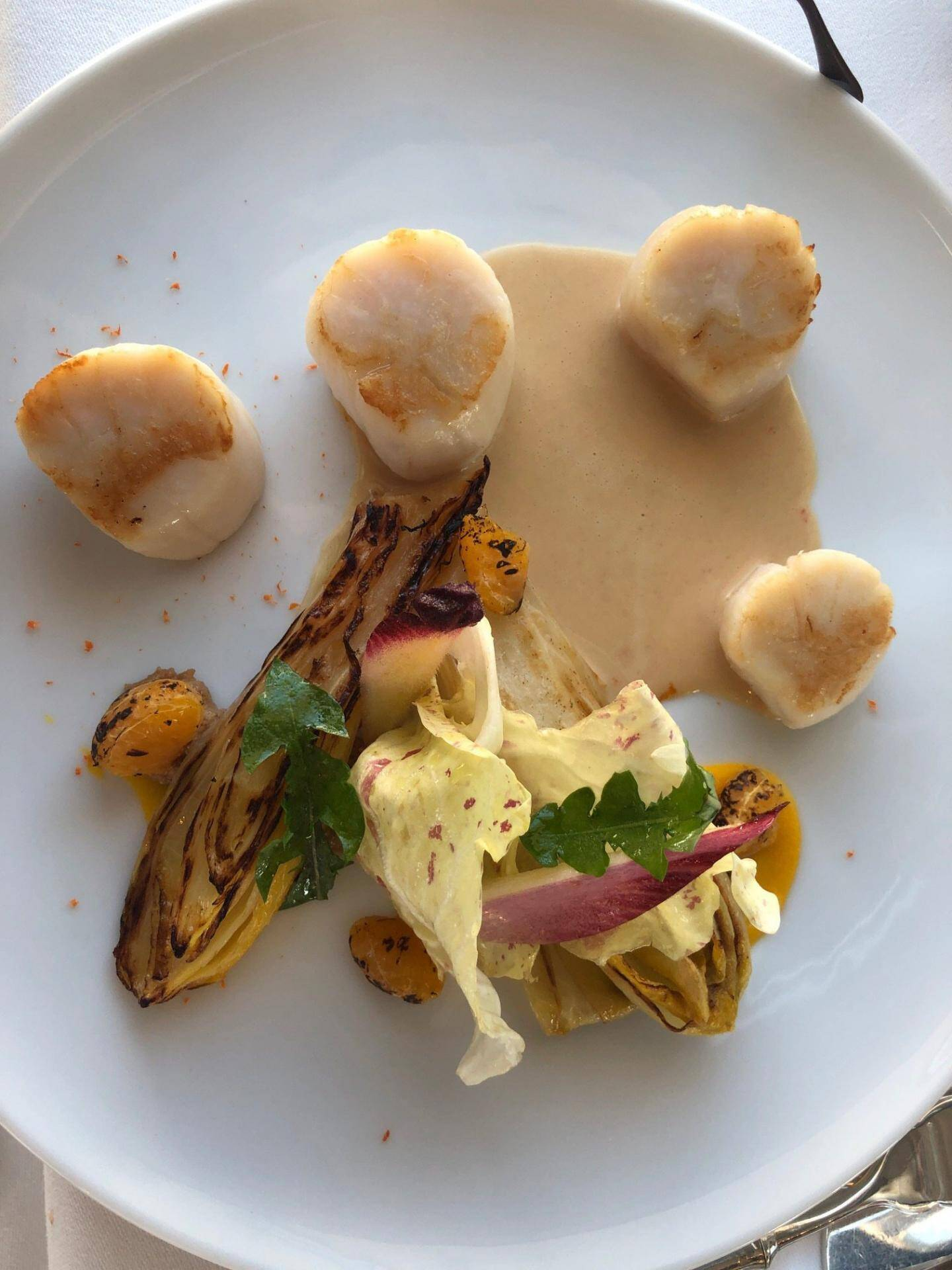 Saint-Jacques dorées, endives, sucs de cuisson.