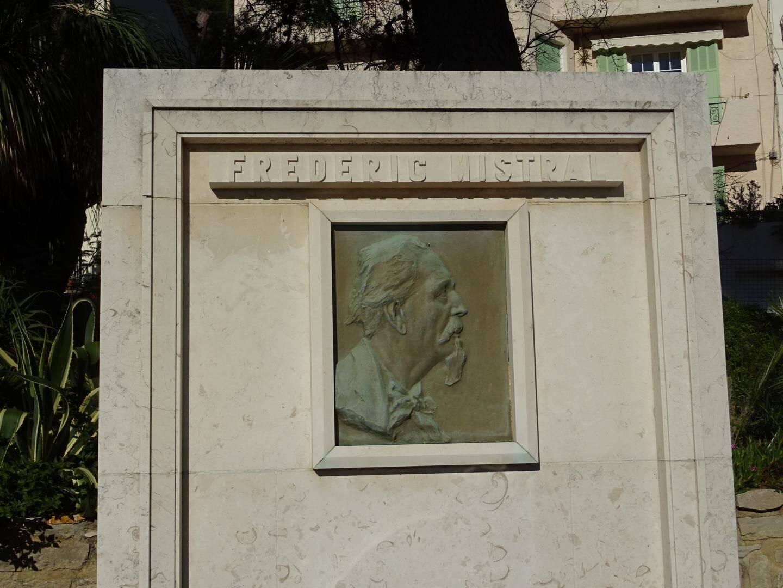 Le monument en l'honneur de Frédéric Mistral, dans le jardin d'acclimatation du Mourillon, à Toulon, voisin de la statue de Heinrich Heine.