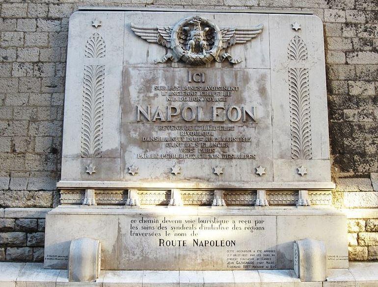La plaque commémorative du bivouac à Cannes.