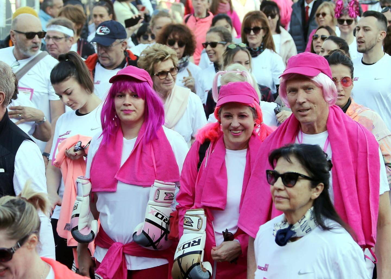 """Tenue rose de rigueur pour les marcheurs de la """"Pink Ribbon"""" pour lutter contre le cancer du sein."""