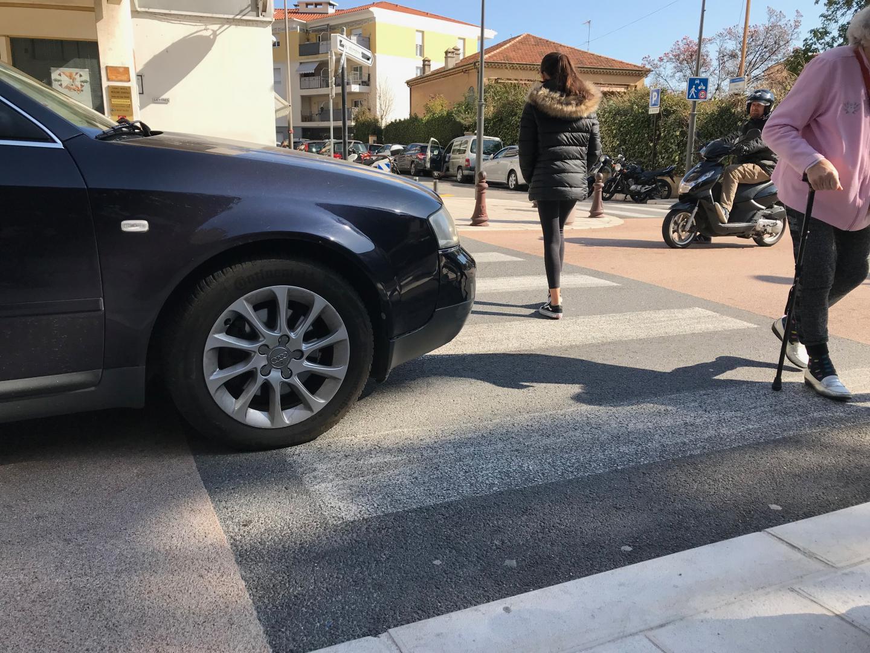"""Traverser sur un passage protégé n'est pas un gage de sécurité... Pour éviter que les voitures n'empiètent sur le passage piéton, les mairies ont la possibilité de mettre en place 2 à 5 mètres avant le passage protégé une """"zone tampon"""" matérialisée par une ligne discontinue."""