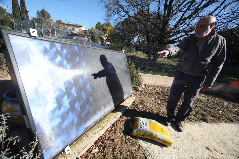 """""""Avec un panneau thermique 2 m2, assure Jean-Pierre, on parvient à chauffer 200 litres d'eau par jour""""."""