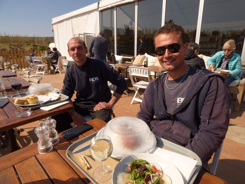 Repas au soleil pour Ludovic et Dylan.
