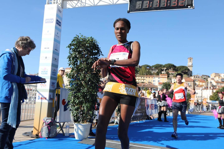 L'arrivée de la première femme du semi marathon de Cannes. Negasa Chaltu l'a couru en 1h17.