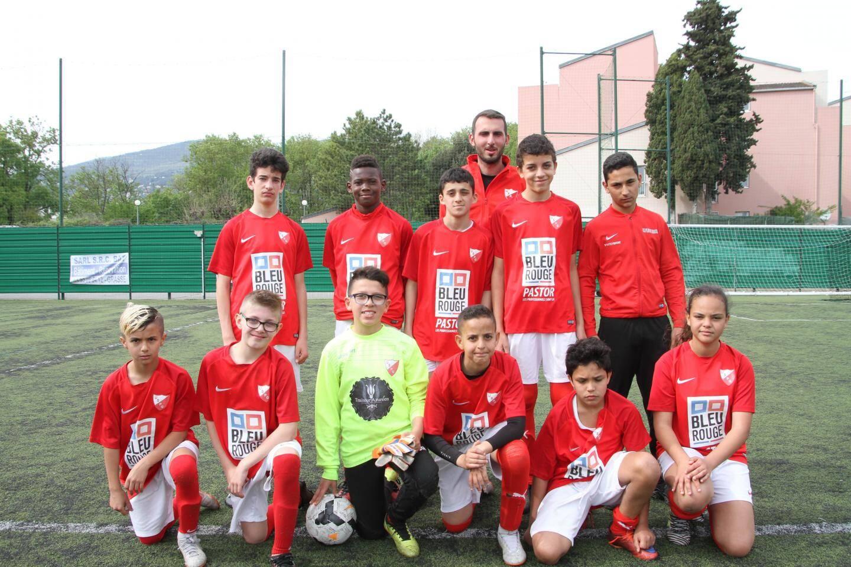 Les espoirs du Stade de Vallauris et leur entraîneur.