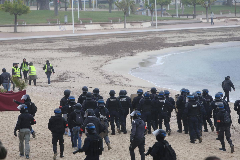 Face à face entre quelques manifestants et les forces de l'ordre sur les plages du Mourillon.