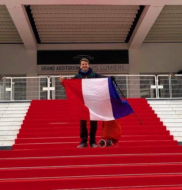 Sur les marches du Palais des festivals de Cannes, le 10 février, jour du départ de sa grande aventure.
