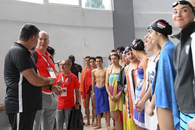 Le souverain a rendu visite aux nageurs au bord du bassin d'entraînement.