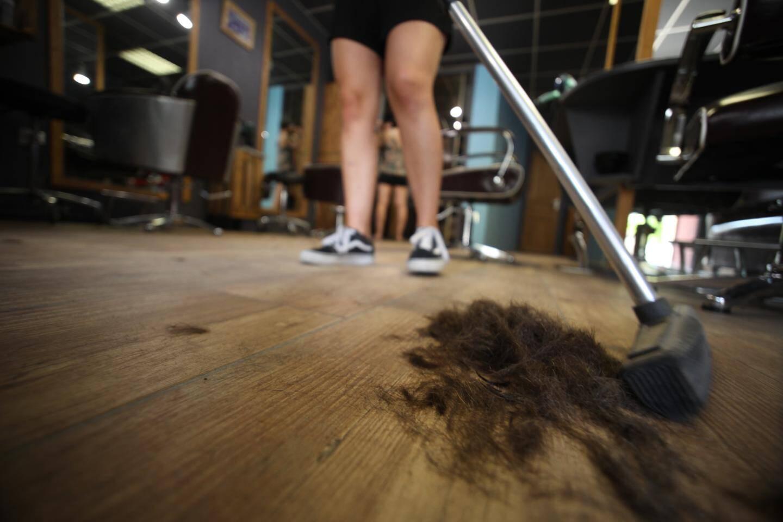 Un coiffeur récolte en moyenne près de 2 kilos de cheveux par mois.