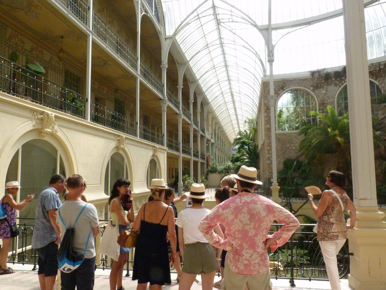 Les estivants à la découverte de l'histoire du palace de Beausoleil