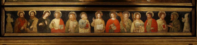 La pieta de 1530 surmonte une frise représentant les douze apôtres et les pénitents blancs, représentés à chaque bout. Ils étaient cagoulés pour effacer les différences sociales, très marquées dans la société de cette époque. Leur tenue est ouverte dans le dos pour leur permettre de se flageller afin de faire pénitence.