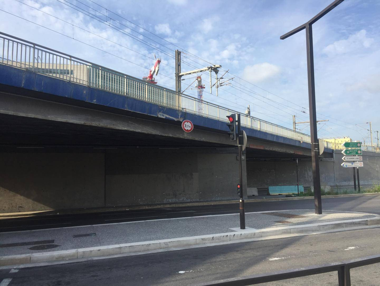 Les panneaux sur le pont