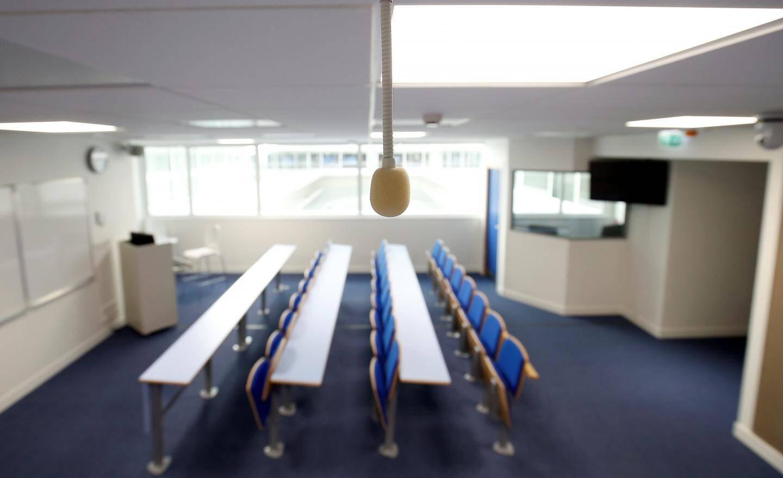 L'amphi connecté avec micro et caméra au plafond pour diffuser les cours en streaming.