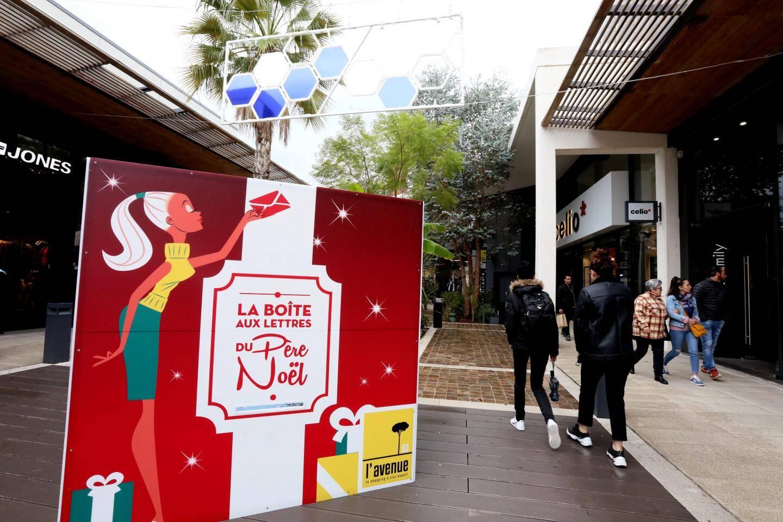Patinoire, marché, boîte à lettres au père Noël… Pour les fêtes, L'Avenue 83 profite de sa configuration et se transforme en village de Noël.