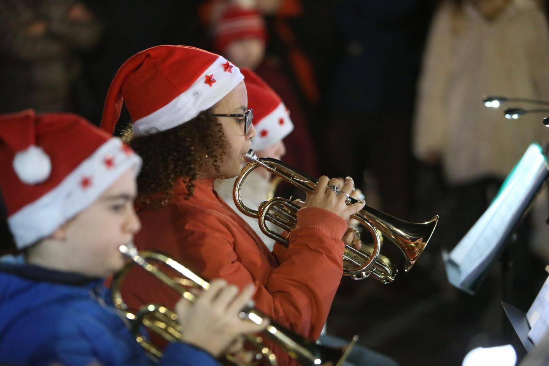 Ils viennent de jouer des airs de saison: Mon Beau Sapin ou Petit Papa Noël.