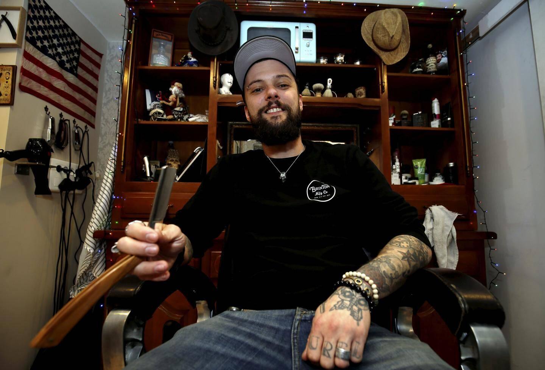 Le coin coiffeur/barbier de Julien vous plonge dans une atmosphère rock et vintage.