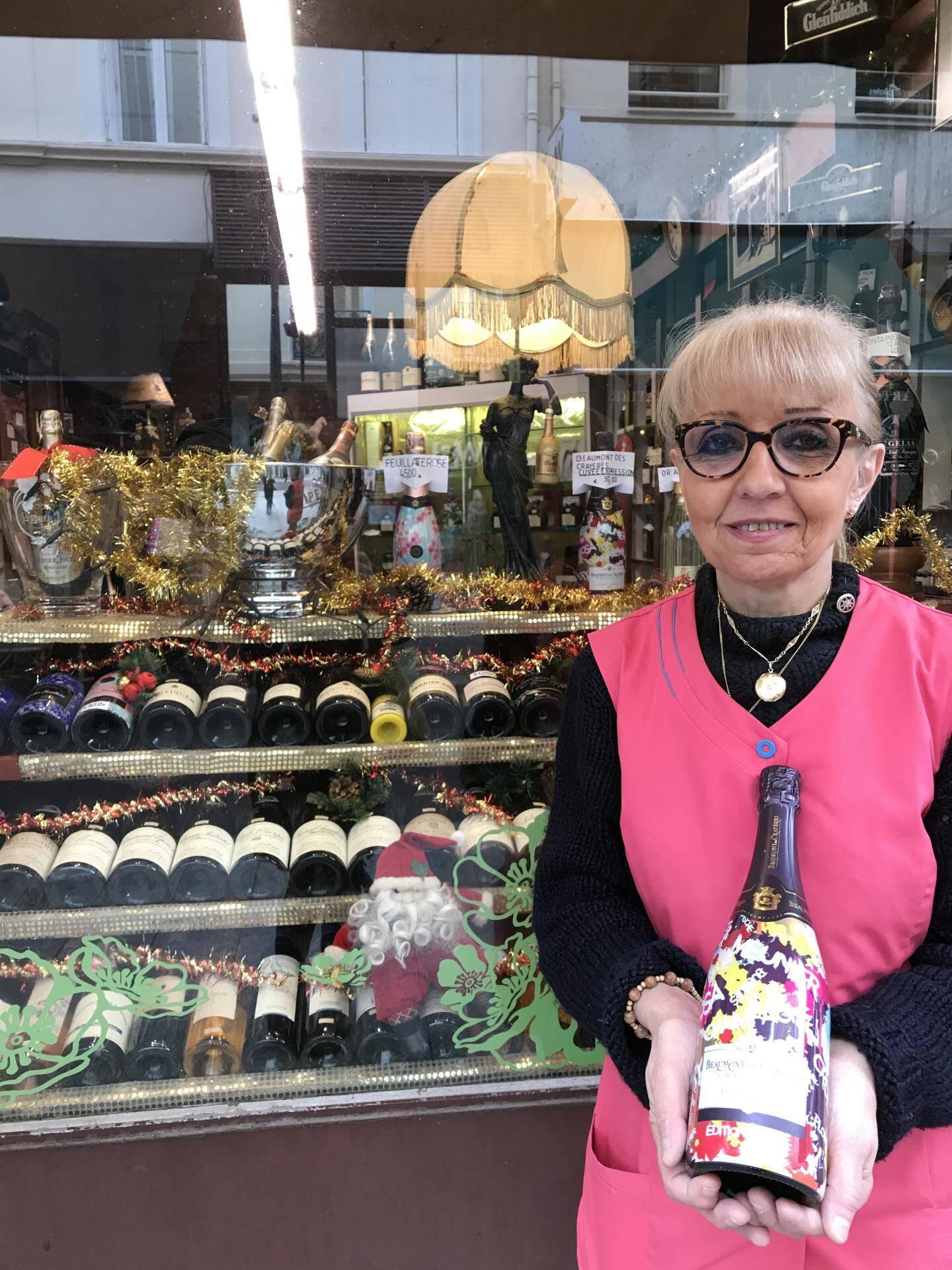 Côteaux de France : champagne !  C'est un des plus anciens commerces de Cannes, ouvert en 1926. Dans le magasin, c'est la petit-fille du caviste historique, Maryse Galfre, qui a pris le relais de l'affaire familiale. « Et j'espère pouvoir fêter le centenaire ! », s'amuse la   commerçante qui habite juste au dessus.  Bourgogne, Côte du Rhône, Provence, Bordeaux, Bandol      ou vins niçois de Bellay, les amateurs y trouvent forcé-           ment leur bonheur. Pour les vins très luxueux,              comme le Petrus, il est même possible                de les commander...                  Pour les fêtes, la caviste propose                      une idée pour accompagner vos repas :                            un champagne Beaumont des Crayères,                                en cuvée d'expression à 30e !