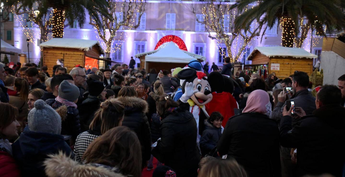 La foule était dense hier en fin d'après-midi, pour l'ouverture du village de Noël.
