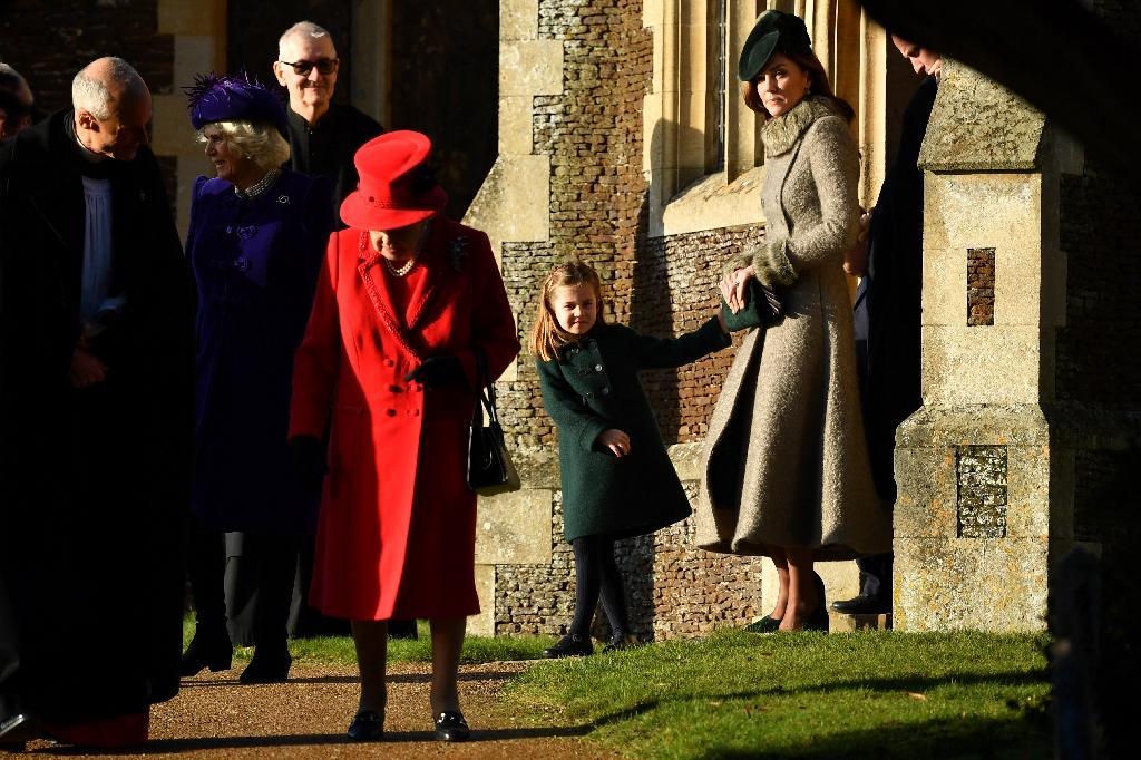 La reine d'Angleterre Elizabeth II, la princesse Charlotte et la duchesse de Cambridge, Kate, sortent de l'église St Mary Magdalene de Sandringham, après la traditionnelle messe de Noël, le 25 décembre 2019