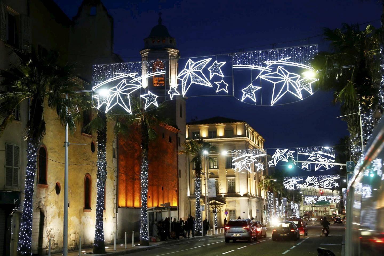 Cette année, des motifs ont été ajoutés sur tous les mâts et le cordon lumineux de l'avenue de La République  a été changé.