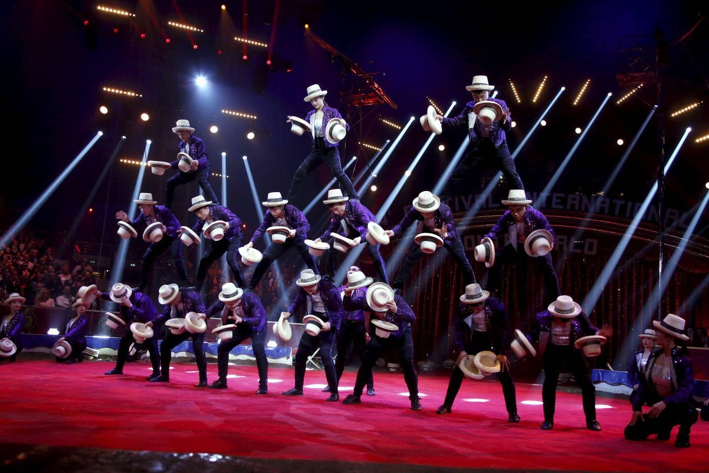 Leur perfection aurait presque mérité l'or. Mais c'est l'argent cette année pour la troupe chinoise de Shandong qui jongle et fait des acrobaties avec des dizaines de chapeaux de paille au son des tubes de Michael Jackson.