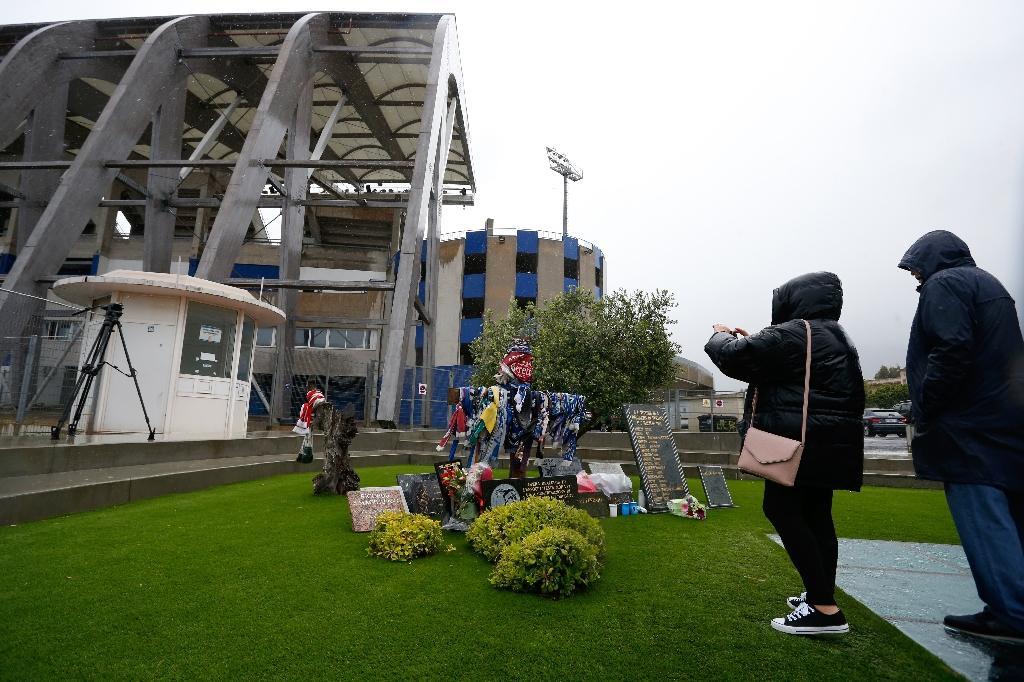 Des personnes se recueillent devant le mémorial de la catastrophe du stade de Furiani à Bastia en mai 2019