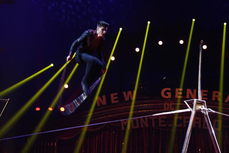Enchaînant les sauts périlleux en équilibre sur un fil de fer,  l'Espagnol Steven Ferreri a joué les trompe-la-mort.