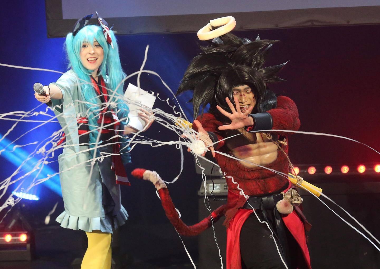 Aux côtés de Cédric Biscay, la cosplayeuse Florencia Sofen en tenue de sorcière.