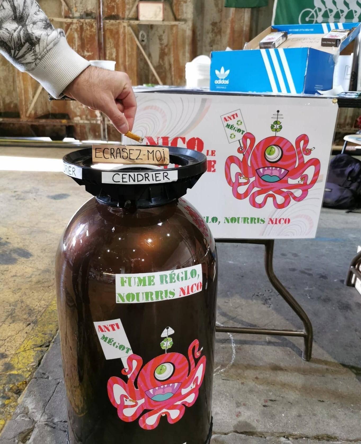 """Nico le Cyclope, le cendrier géant qui lutte contre la pollution des mégots : """"Fume réglo, nourris nico"""""""