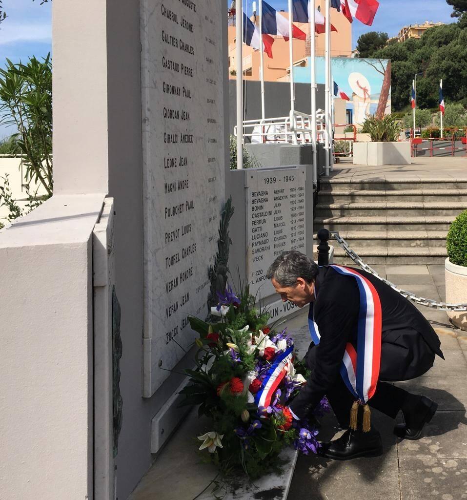 Sur les Terrasses Jean-Moulin, le maire, Xavier Beck, a déposé la gerbe de la Ville de Cap-d'Ail au pied du monument aux Morts.