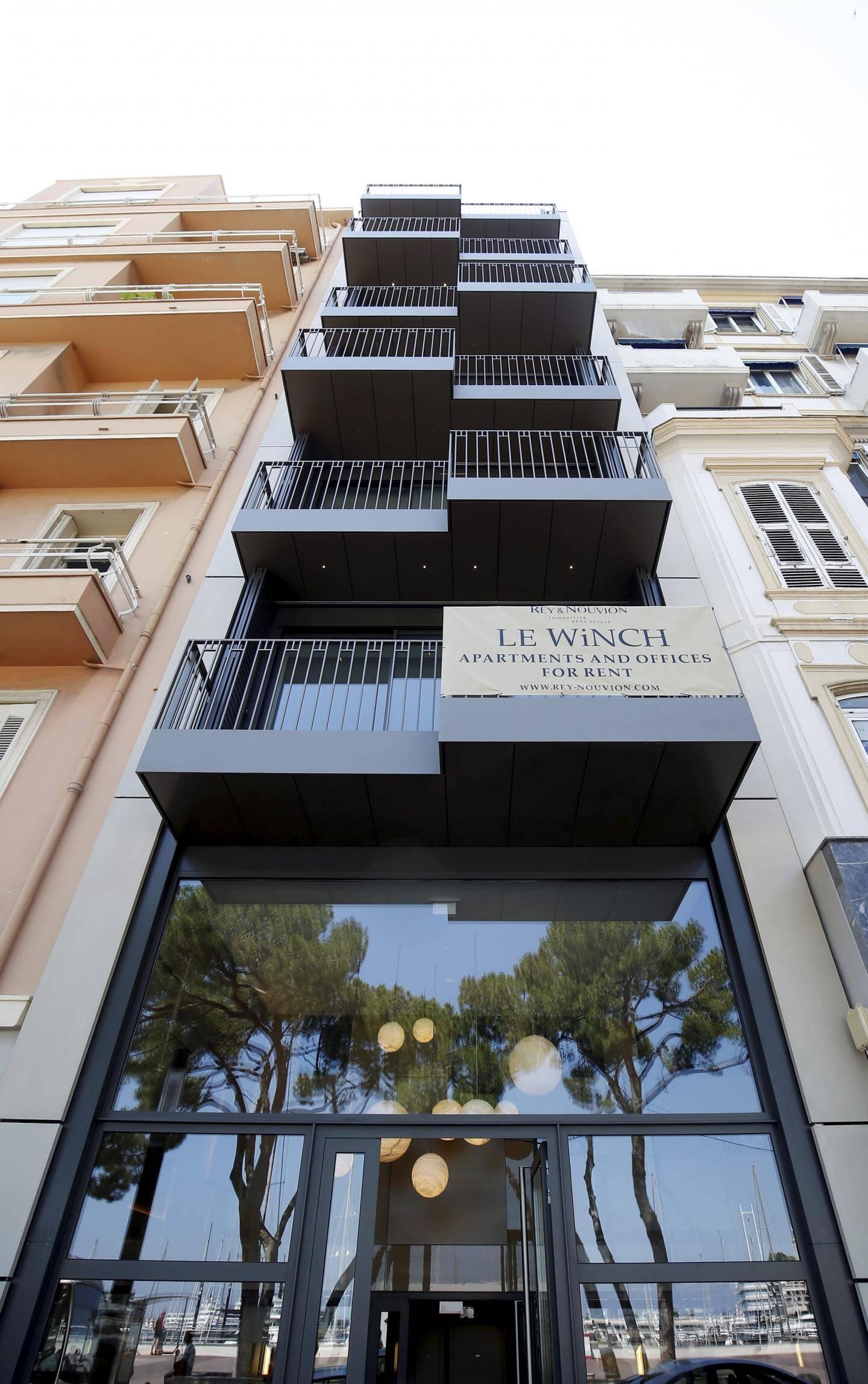 Côté boulevard Albert-Ier, l'entrée du « Winch » est coiffée d'une série de lustres en albâtre.