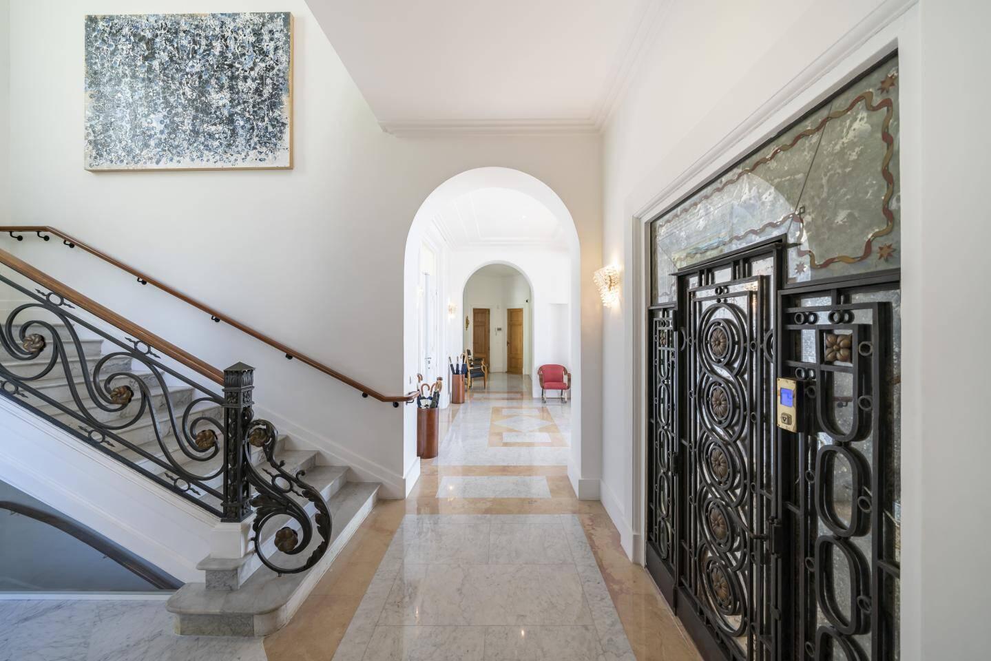 Un luxueux ascenseur dessert les six étages.